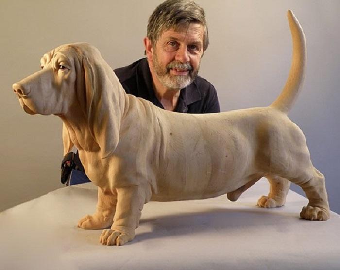 Австрийский скульптор Джузеппе Румерио (Giuseppe Rumerio) позирует со своим рукотворным шедевром. | Фото: wood-sculptor.info